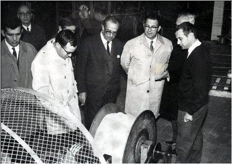 Francisco Montañés mostrando una máquina al gobernador civil y al alcalde